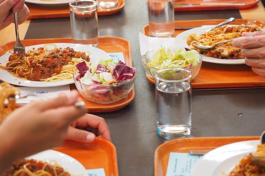 des repas et plateaux de cantine