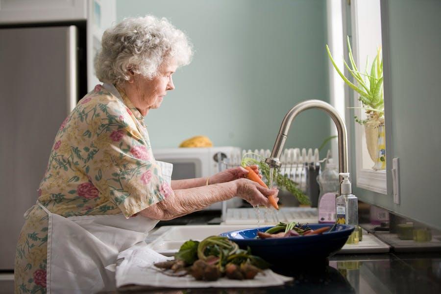 Une femme senior qui cuisine