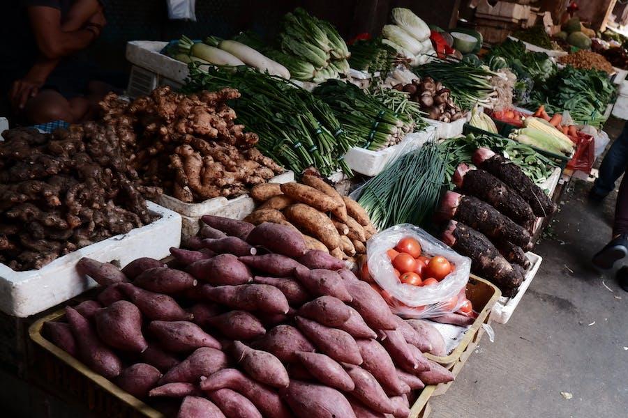 Des légumes sur une étal de marché