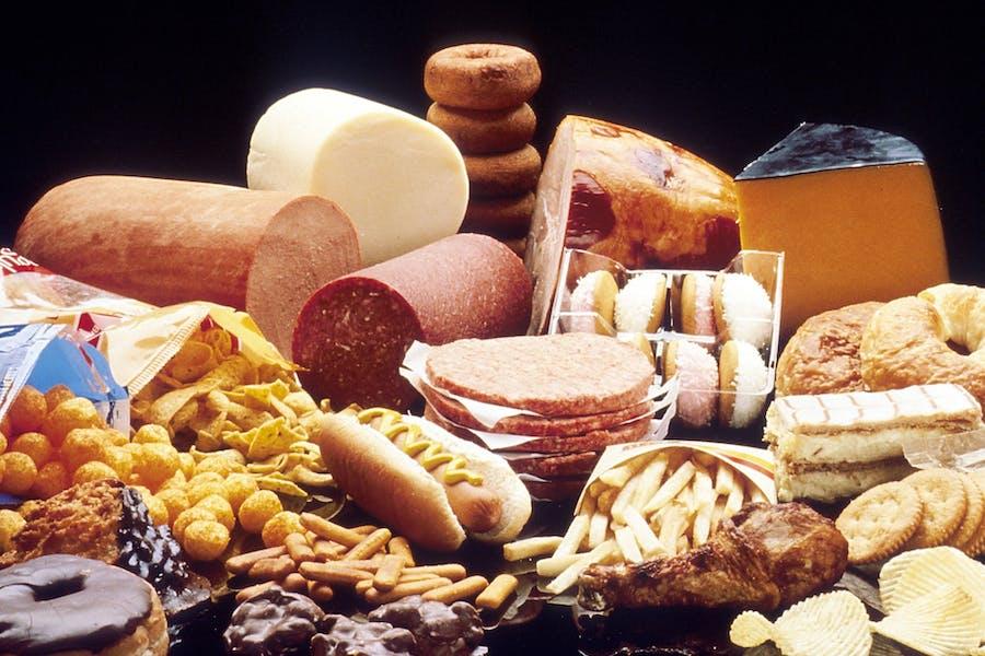 Des aliments ultra-transformés et de la malbouffe : riche en mauvais gras ?