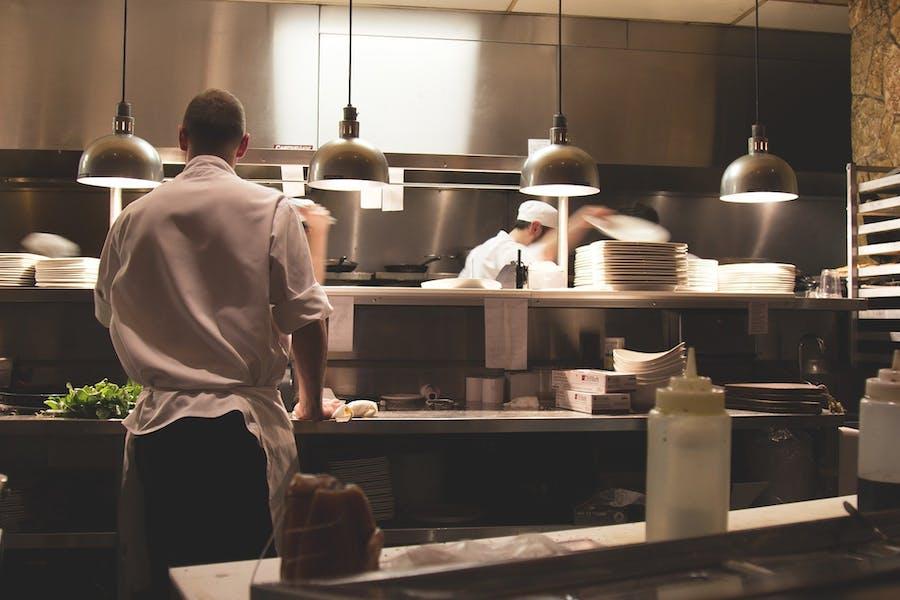 une équipe de restaurant en cuisine