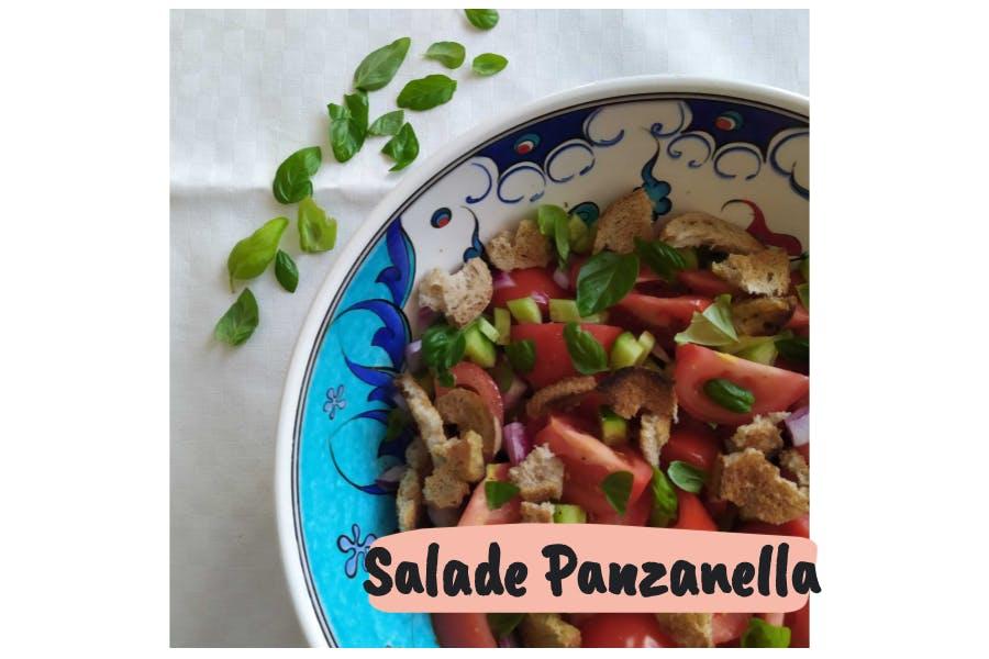 Salade panzanella dans un saladier avec des feuilles de basilic