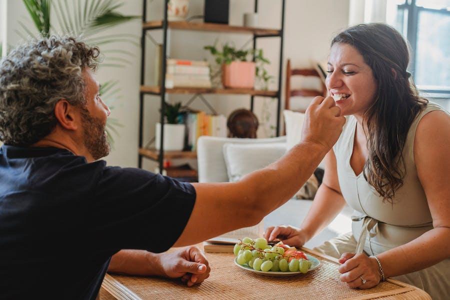 un couple dégustant des aliments ensemble