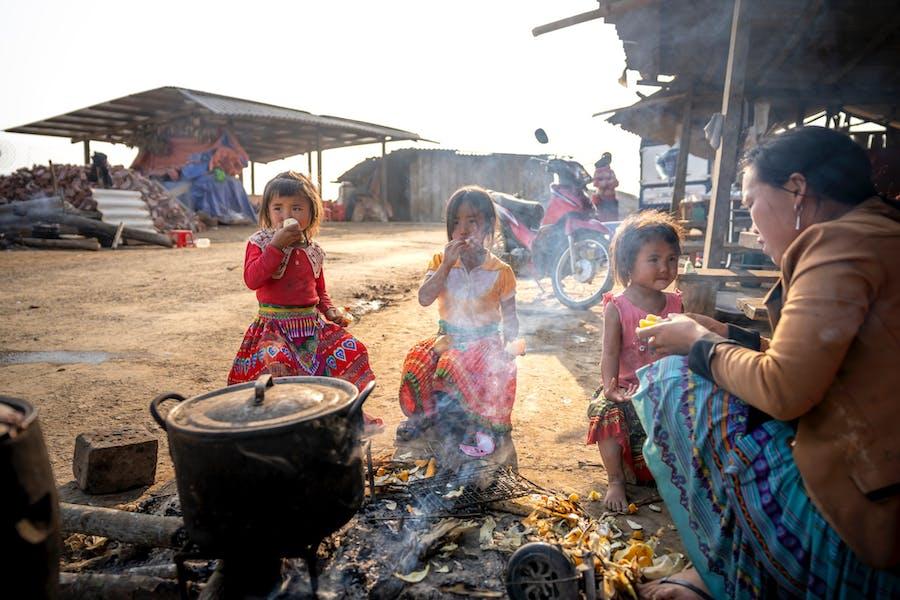 des enfants prenant un repas dans un pays en voie de développement