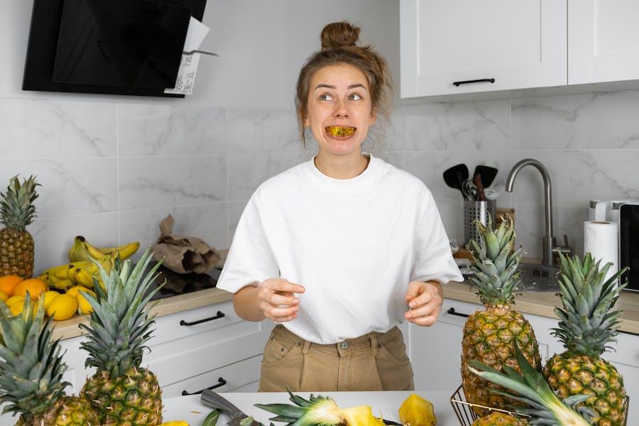 femme qui pratique la mastication pour ses aliments
