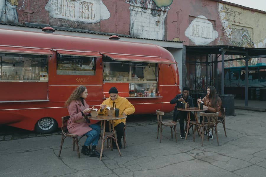des personnes mangeant dehors