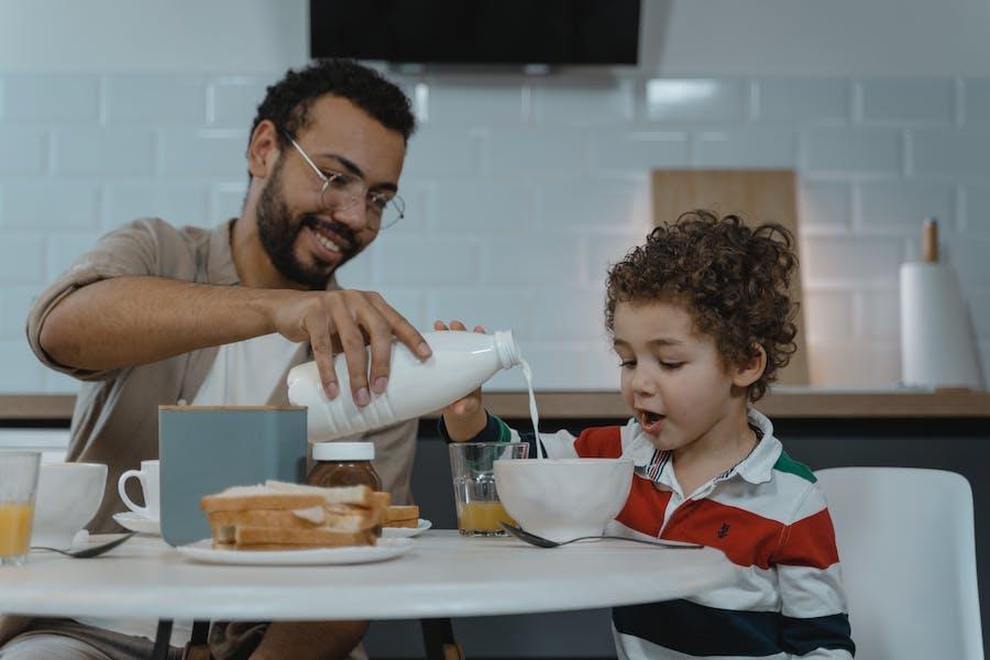 un père et son fils au petit dejeuner
