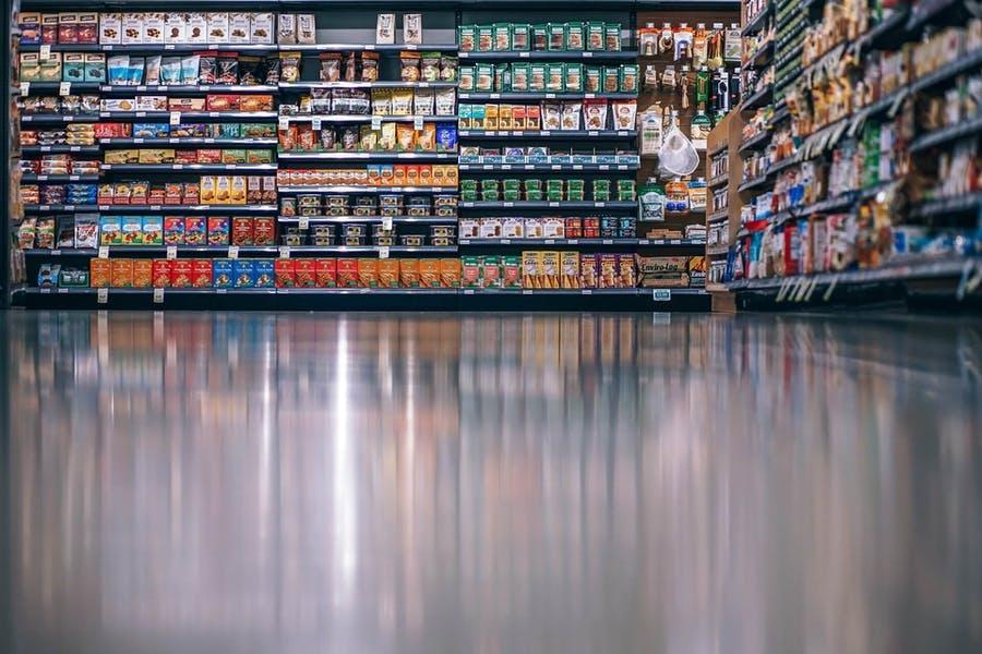 supermarché avec des aliments ultra-transformés