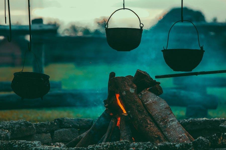 Un feu de camp : lieu de transformation alimentaire depuis la nuit des temps