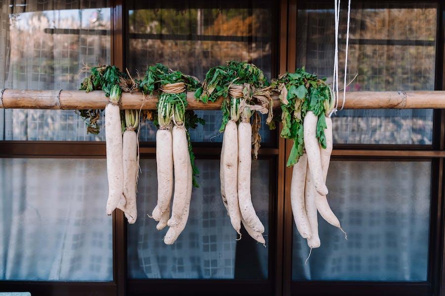Des légumes oubliés racines suspendus